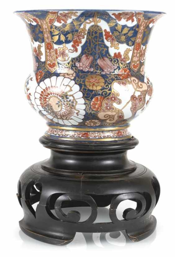 Large porcelain spittoon made of porcelain with Imari decor - photo 1