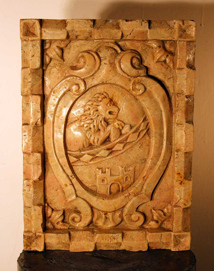 Small Italian stone plinth with sculpted coat of arms, in the centre a lion and a fortress - photo 1