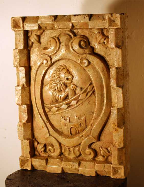 Small Italian stone plinth with sculpted coat of arms, in the centre a lion and a fortress - photo 2
