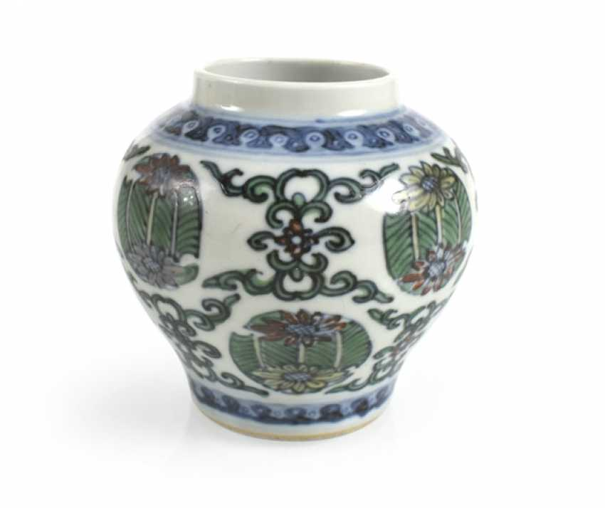 Of small Doucai-shoulder pot made of porcelain with a flower and leaf decor - photo 1