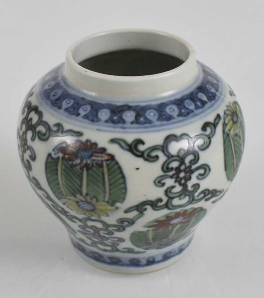 Of small Doucai-shoulder pot made of porcelain with a flower and leaf decor - photo 2