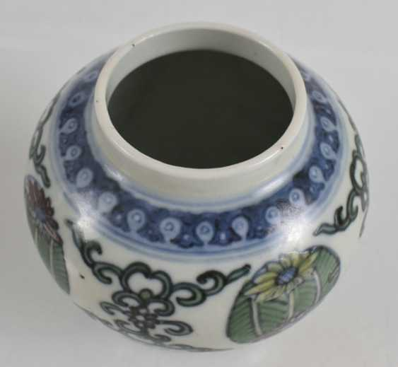 Of small Doucai-shoulder pot made of porcelain with a flower and leaf decor - photo 3