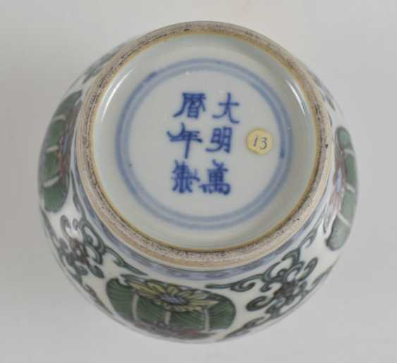 Of small Doucai-shoulder pot made of porcelain with a flower and leaf decor - photo 4