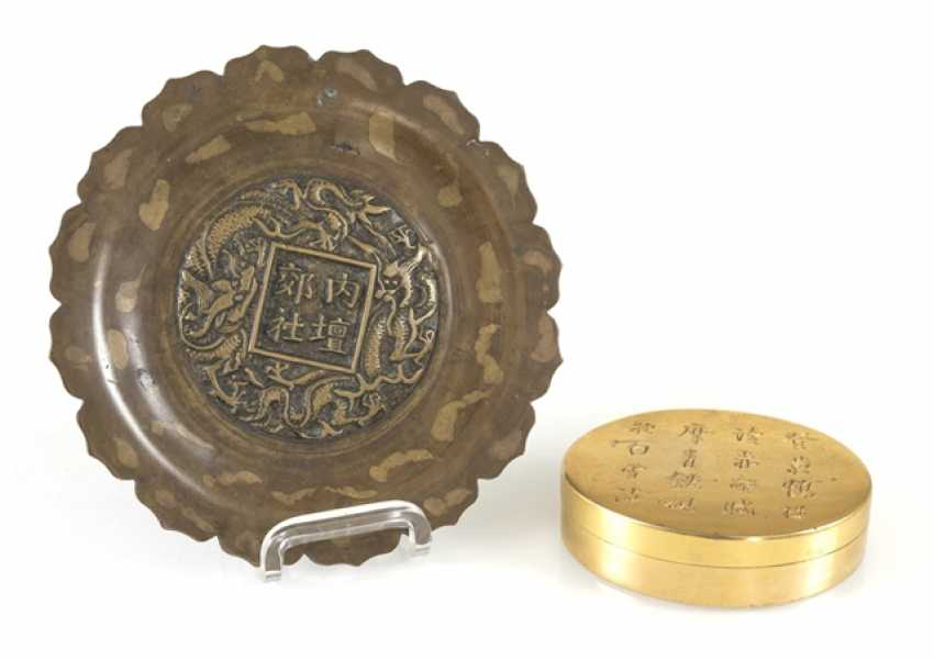 Flower-shaped bronze plate with gold splash pattern, and a Paktong-lid box with inscription - photo 1