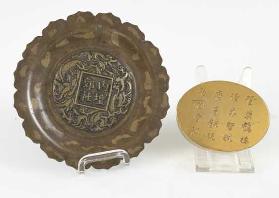 Flower-shaped bronze plate with gold splash pattern, and a Paktong-lid box with inscription - photo 2