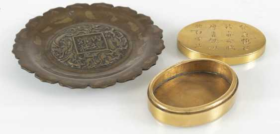 Flower-shaped bronze plate with gold splash pattern, and a Paktong-lid box with inscription - photo 3