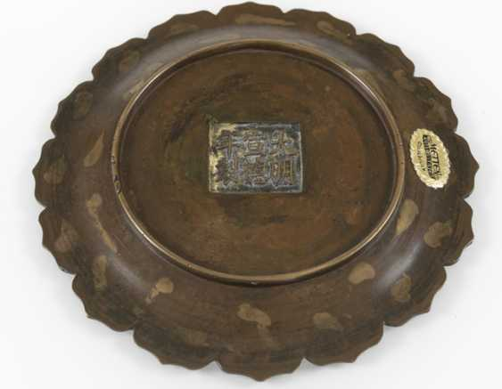 Flower-shaped bronze plate with gold splash pattern, and a Paktong-lid box with inscription - photo 4