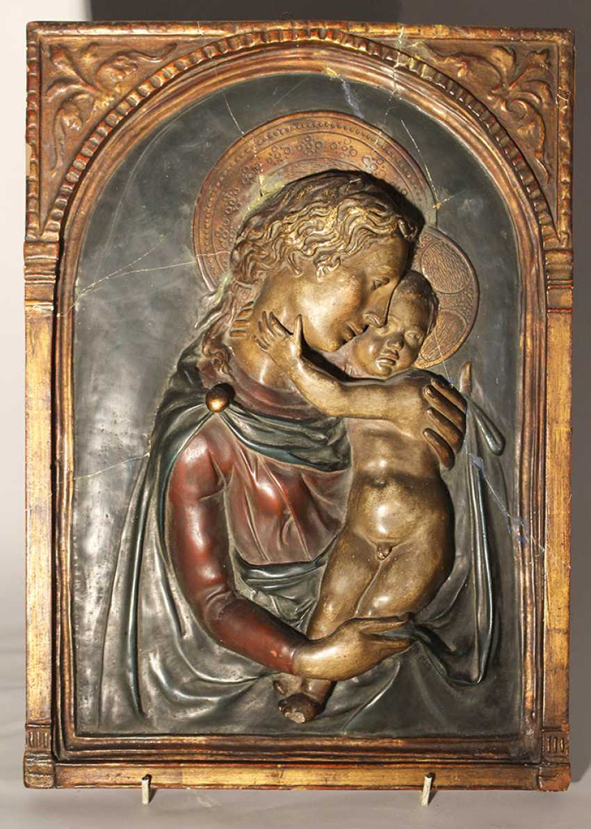 Tuscan stucco plaque in Renaissance manner presenting Maria and Jesus with halos, three dimentional, with arched gilded integrated frame - photo 1