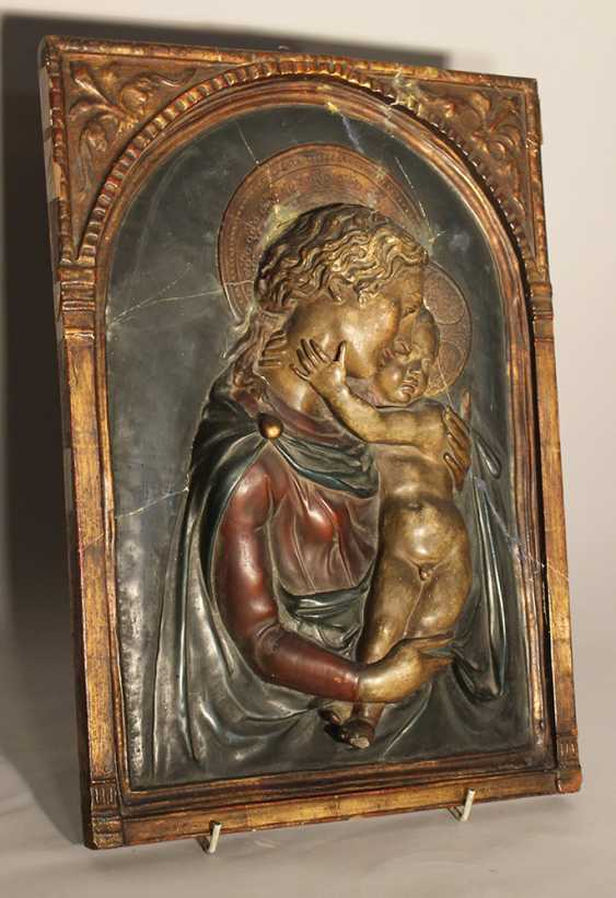 Tuscan stucco plaque in Renaissance manner presenting Maria and Jesus with halos, three dimentional, with arched gilded integrated frame - photo 3