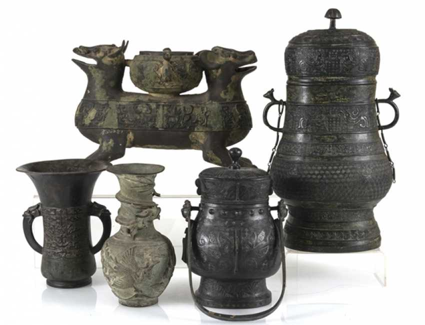 Group of five bronzes in the archaic style - photo 1