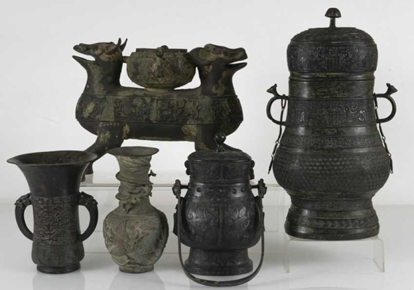 Group of five bronzes in the archaic style - photo 2