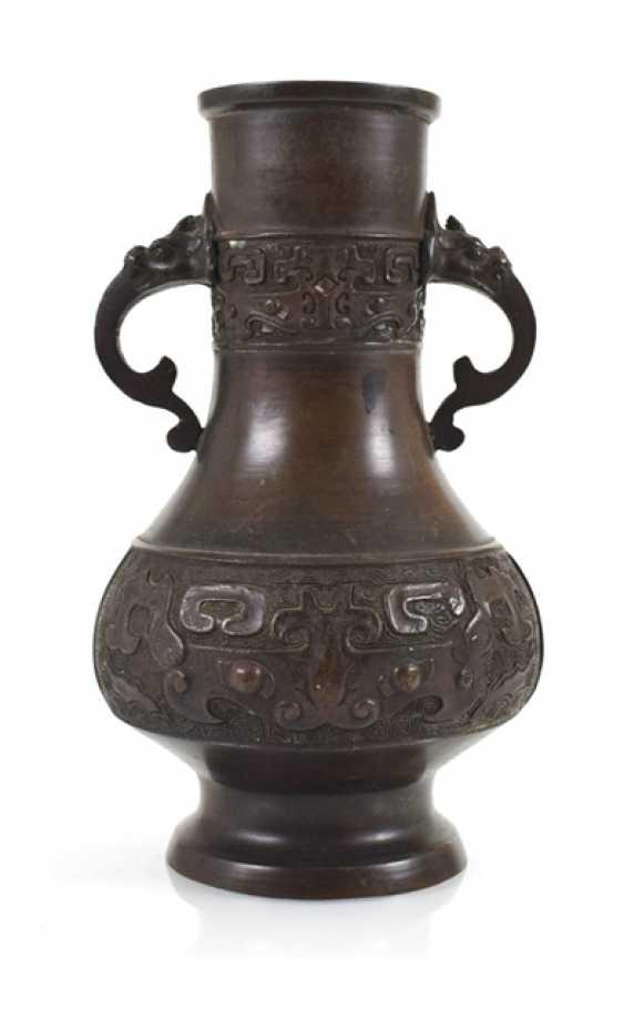 Henkel vase made of Bronze with archaistischem decor - photo 1