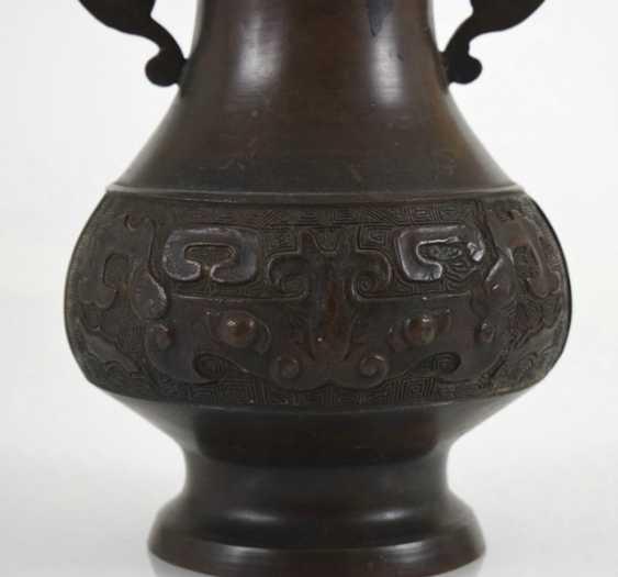 Henkel vase made of Bronze with archaistischem decor - photo 2