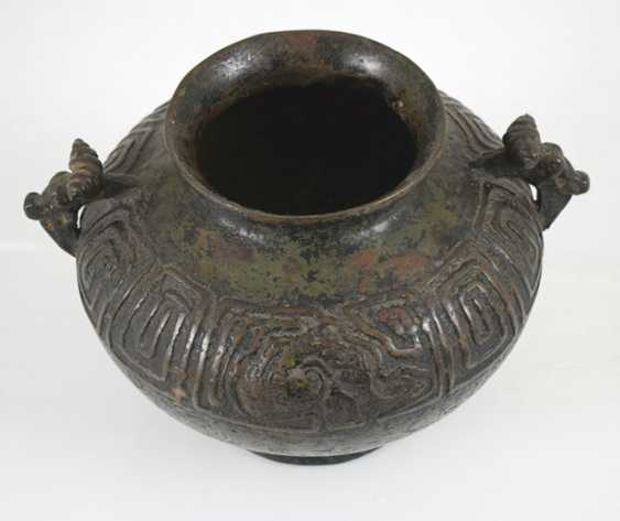 Henkel pot made of Bronze with a revolving relief decoration on the shoulder - photo 2