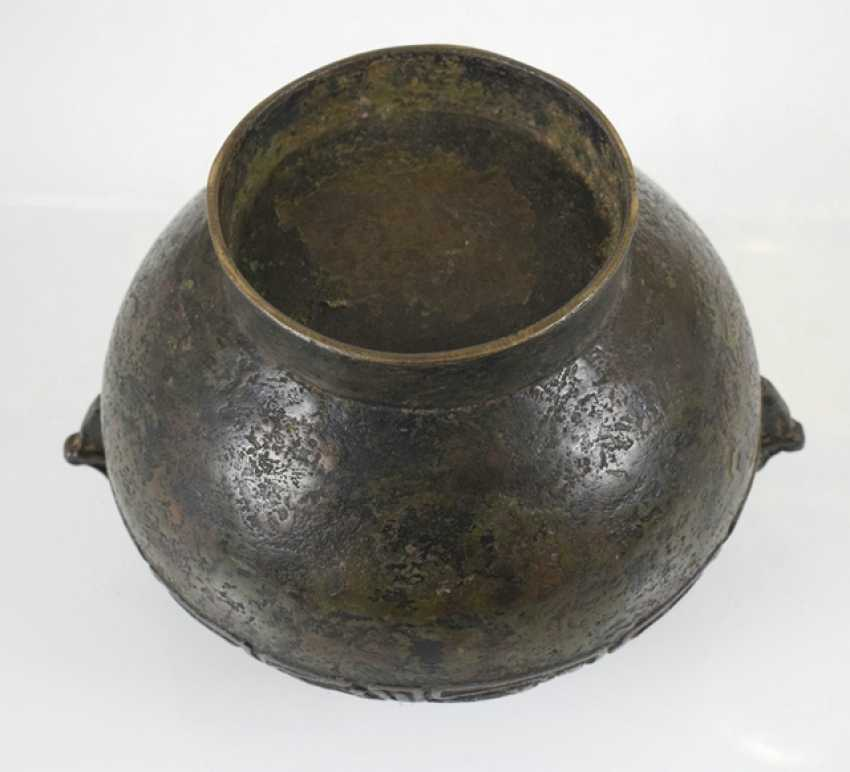 Henkel pot made of Bronze with a revolving relief decoration on the shoulder - photo 3