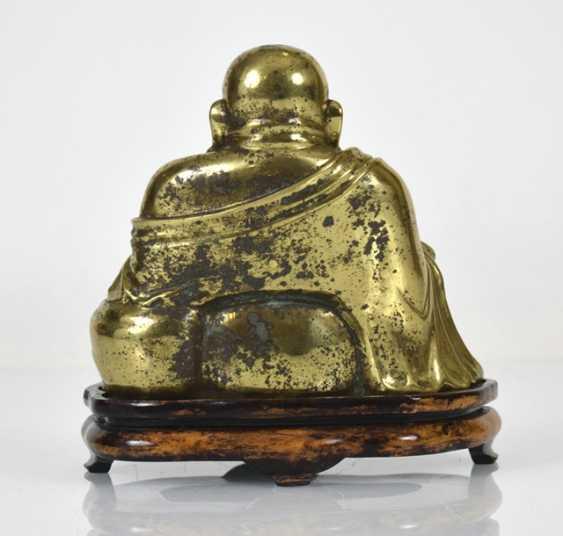 Bronze figure of the seated Budai - photo 2