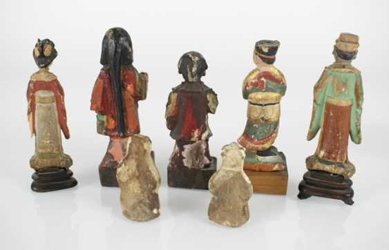 Five wood, and two porcelain figures - photo 4