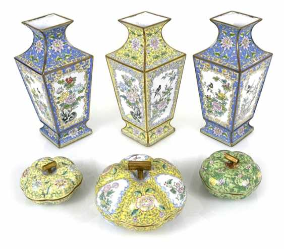 Three Canton enamel lid cans and three vases of square cross-section - photo 1