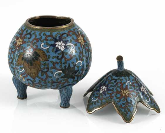 Three-legged Cloisonné lidded box with leaf shaped lid - photo 2