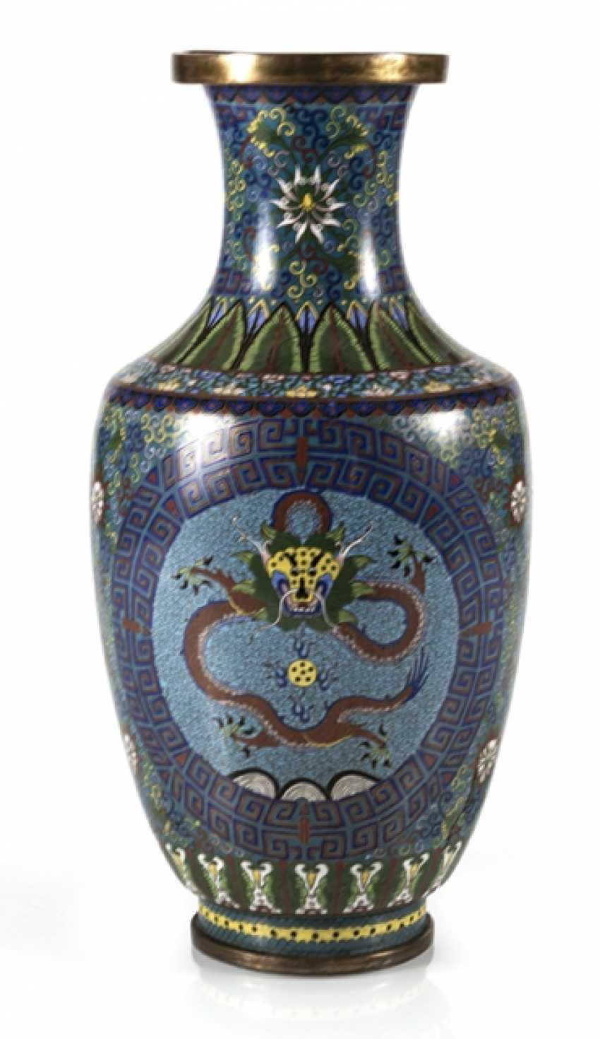 Cloisonné Vase with decorative fünfklauiger dragons in reserves, on Lotus base - photo 1