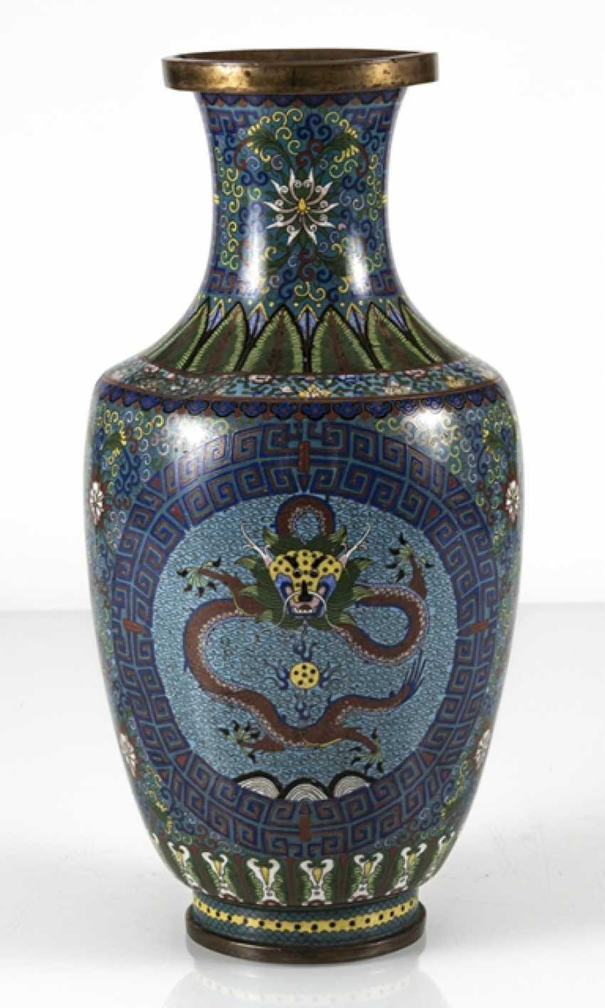 Cloisonné Vase with decorative fünfklauiger dragons in reserves, on Lotus base - photo 3