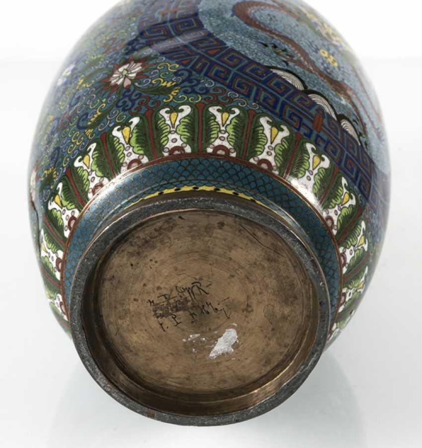 Cloisonné Vase with decorative fünfklauiger dragons in reserves, on Lotus base - photo 4