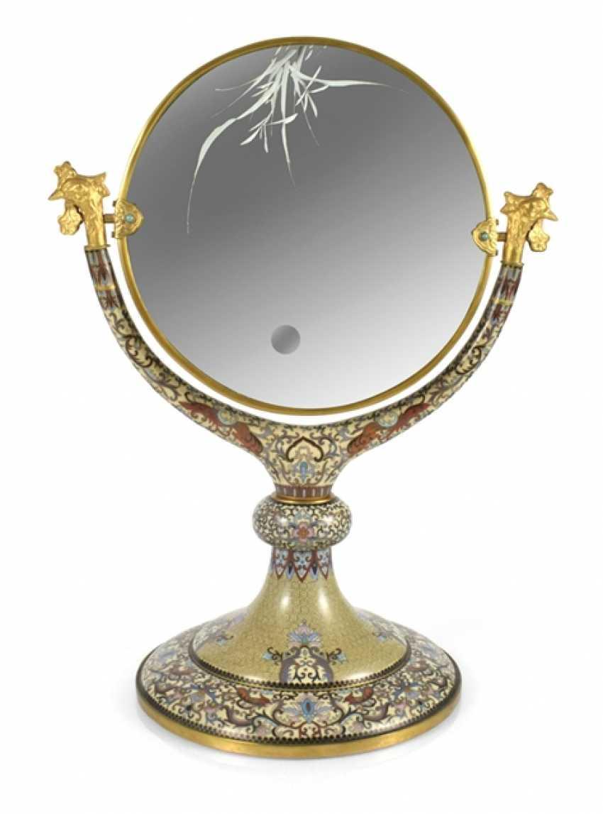 Spiegel mit Cloisonné-Dekor auf Stand, die Spiegelfläche graviert - Foto 1