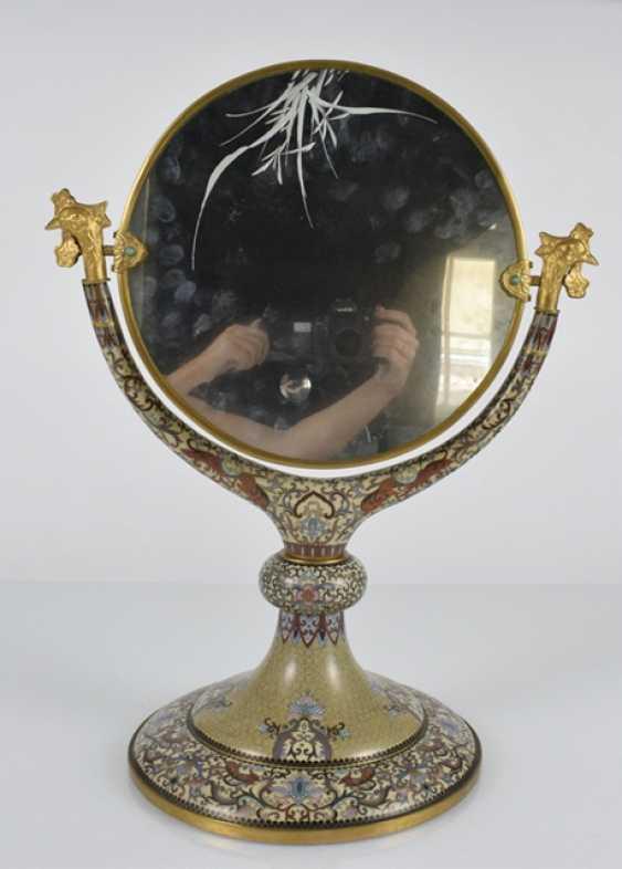 Spiegel mit Cloisonné-Dekor auf Stand, die Spiegelfläche graviert - Foto 2