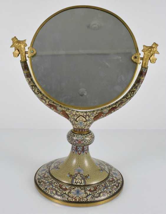 Spiegel mit Cloisonné-Dekor auf Stand, die Spiegelfläche graviert - Foto 3