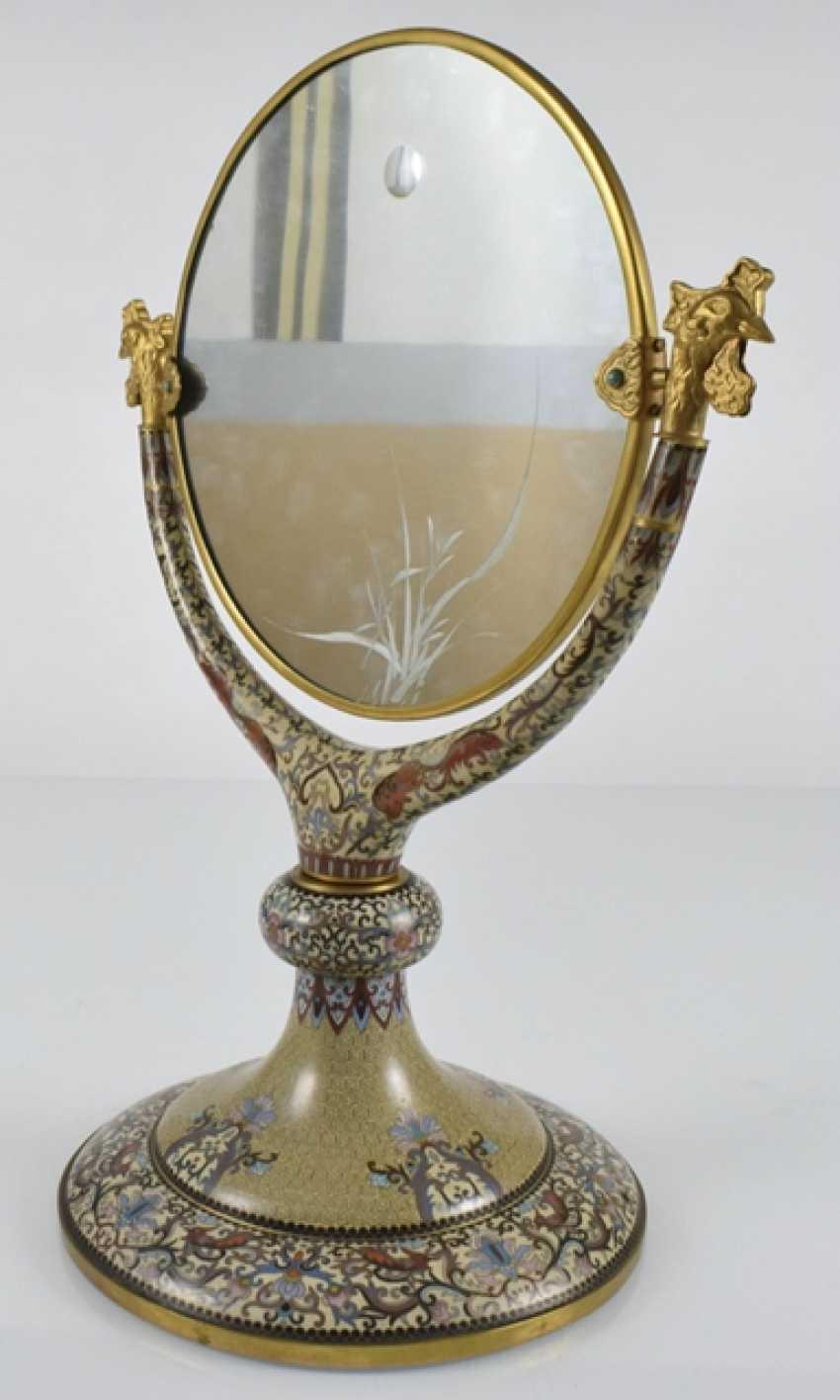 Spiegel mit Cloisonné-Dekor auf Stand, die Spiegelfläche graviert - Foto 4