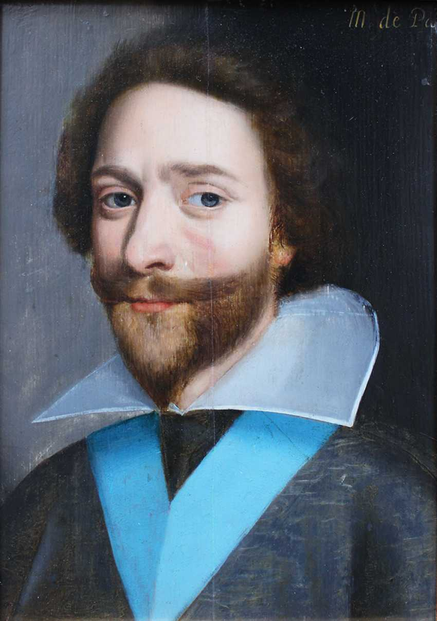 French School 17th Century, Portrait of a gentleman in dark robe with blue sharp in front of black background - photo 2