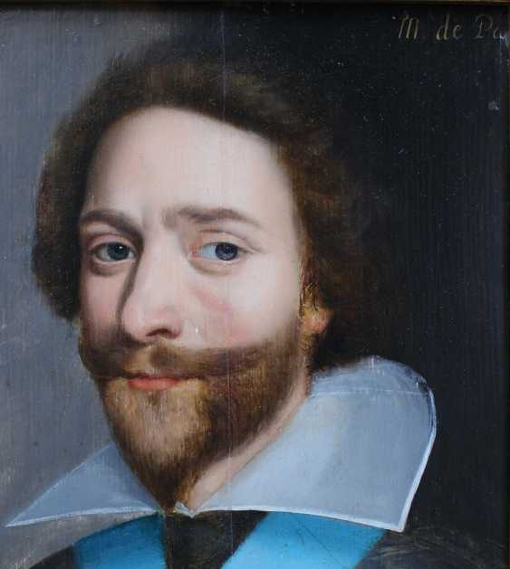 French School 17th Century, Portrait of a gentleman in dark robe with blue sharp in front of black background - photo 3