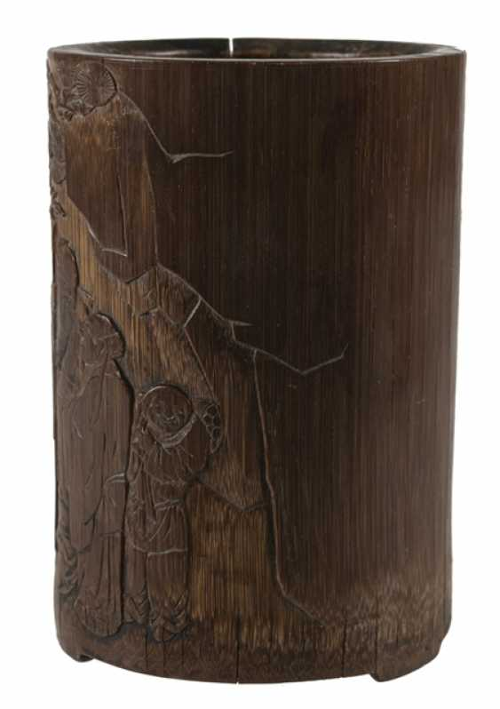 Finely carved brush Cup made of bamboo with a scholar and servant boy - photo 2