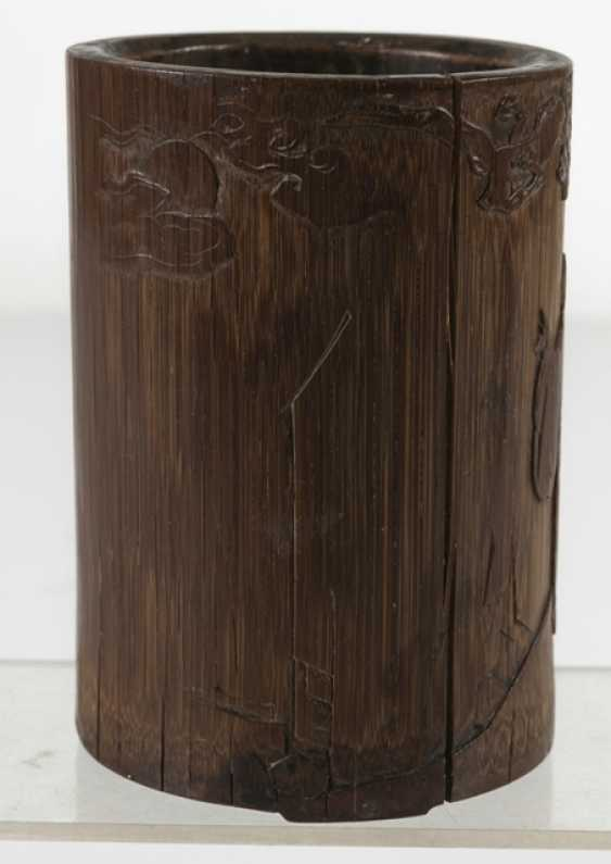 Finely carved brush Cup made of bamboo with a scholar and servant boy - photo 4
