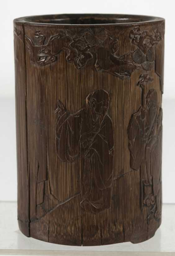 Finely carved brush Cup made of bamboo with a scholar and servant boy - photo 5
