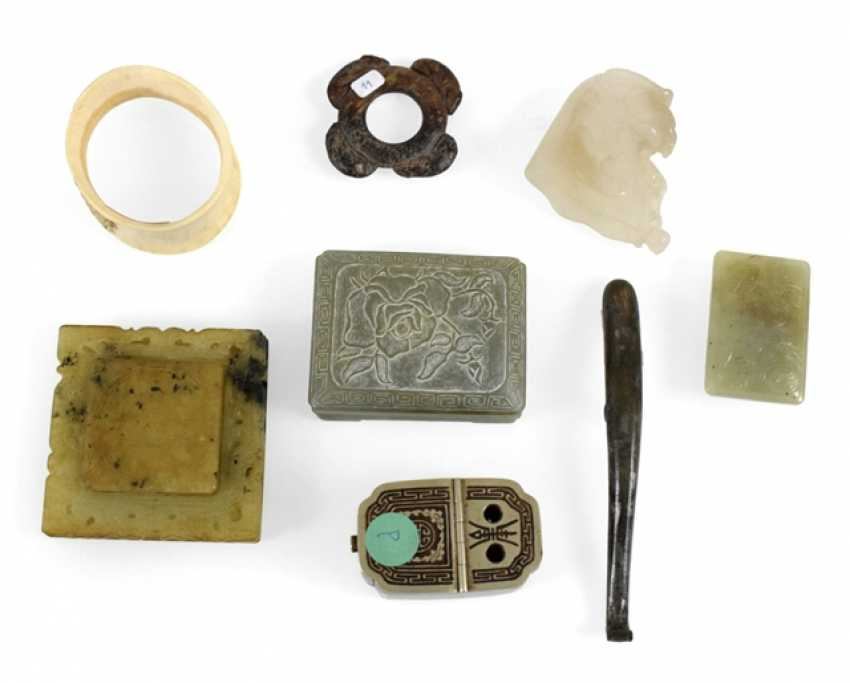 Mixed lot of arts and crafts, including belt hook, lid tin - photo 1