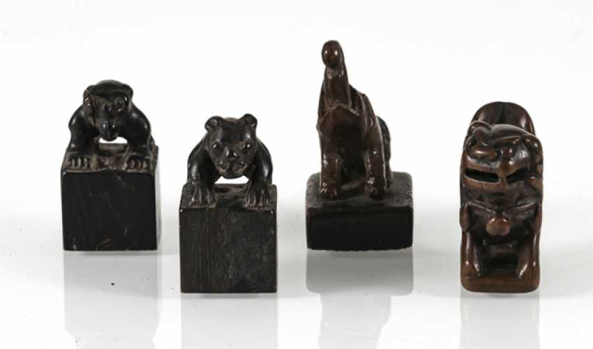 Group of four small seals with zoomorphic knobs of wood/bamboo - photo 2