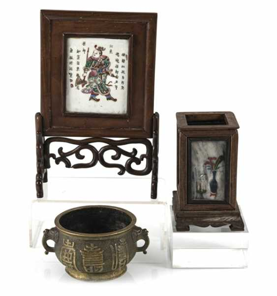 Table control screen with porcelain plaque, brush cups with marble deposits and incense burner - photo 1