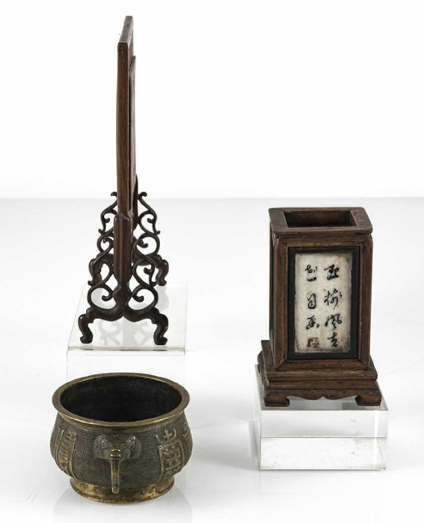 Table control screen with porcelain plaque, brush cups with marble deposits and incense burner - photo 2