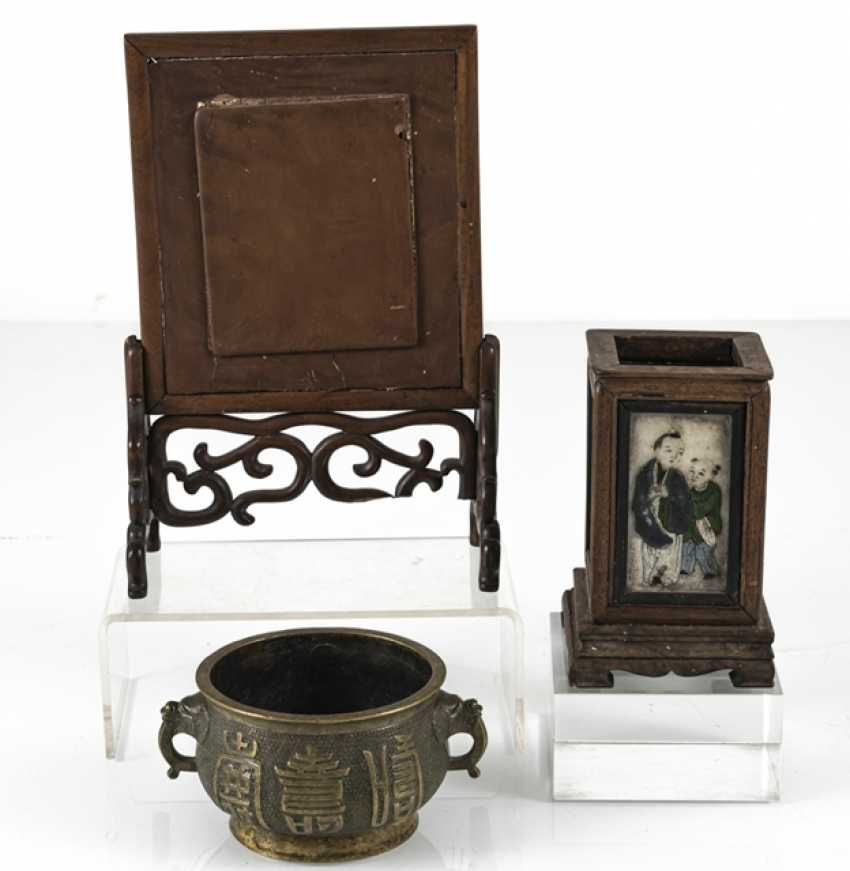 Table control screen with porcelain plaque, brush cups with marble deposits and incense burner - photo 3