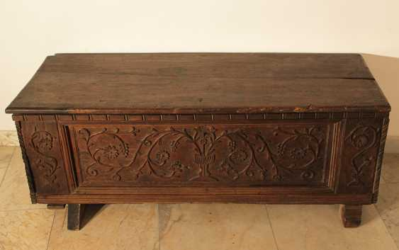 North Italian walnut trunk, the front with floral carved decorations - photo 3