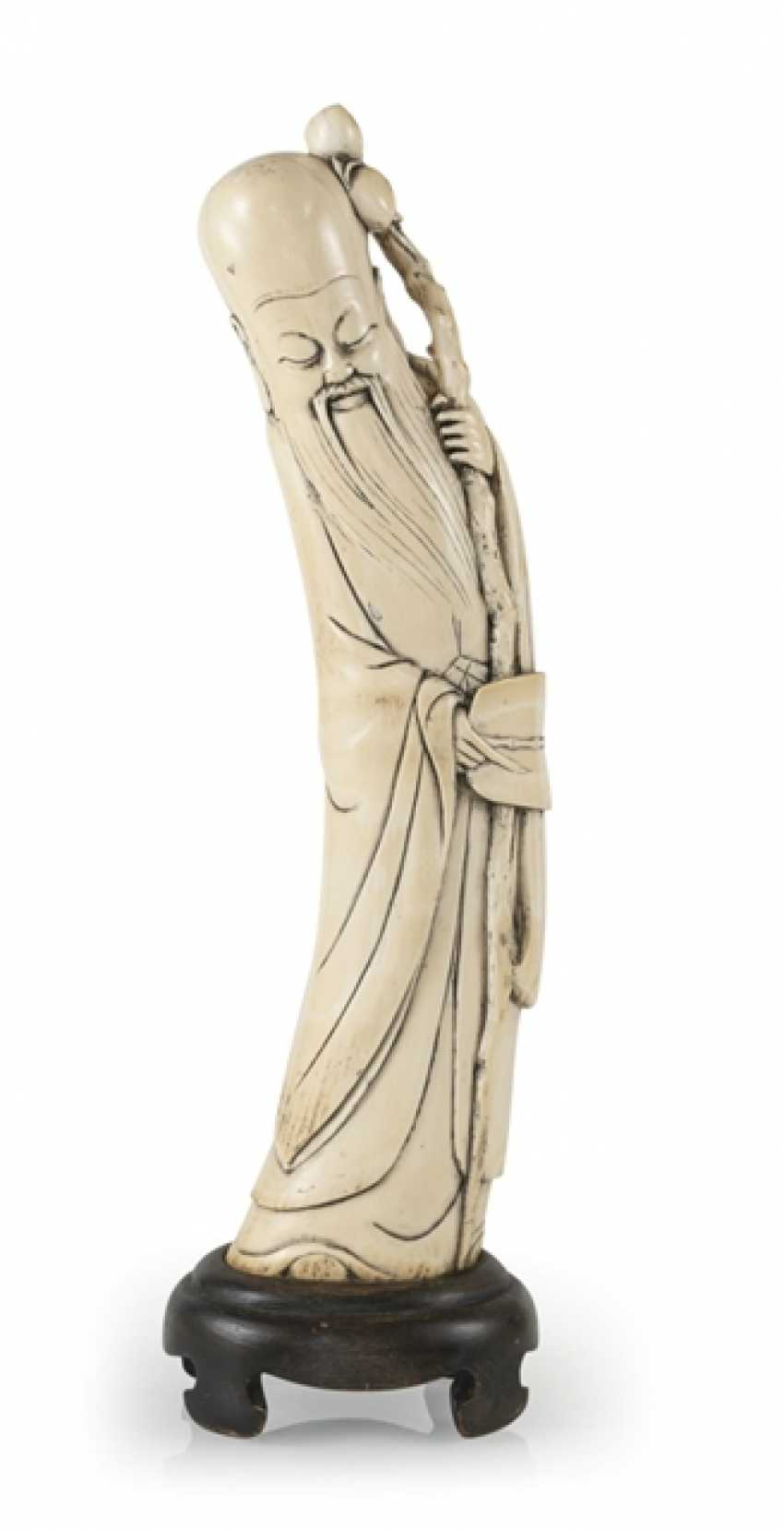 Figure of a standing Shoulao in ivory, the gebogten the Form of a tooth adapted to - photo 1
