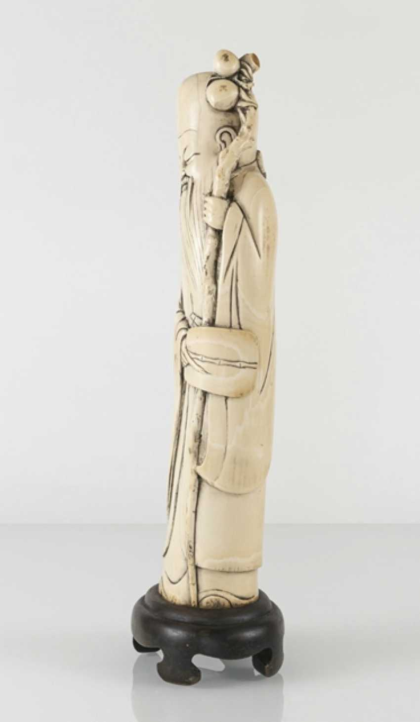 Figure of a standing Shoulao in ivory, the gebogten the Form of a tooth adapted to - photo 2