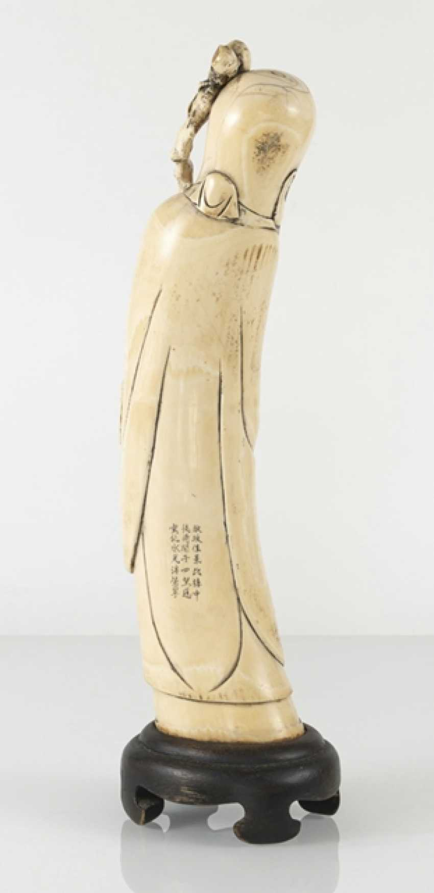 Figure of a standing Shoulao in ivory, the gebogten the Form of a tooth adapted to - photo 3