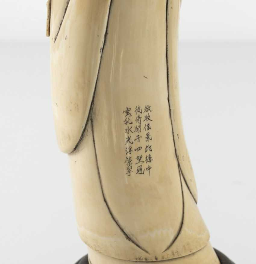 Figure of a standing Shoulao in ivory, the gebogten the Form of a tooth adapted to - photo 4