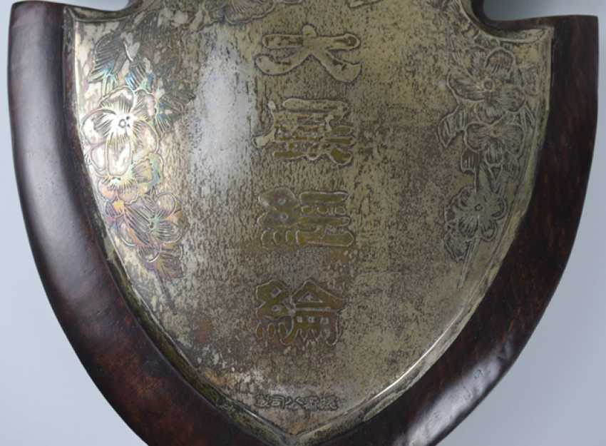In wood-framed metal plaque with inscription 'da zhan jing lun' - photo 2
