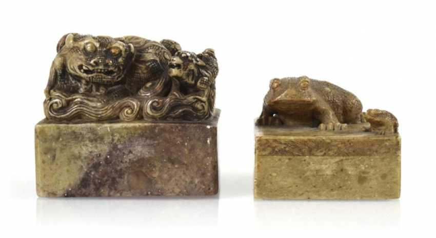 Two soapstone seals with Shishi and toads decor - photo 1