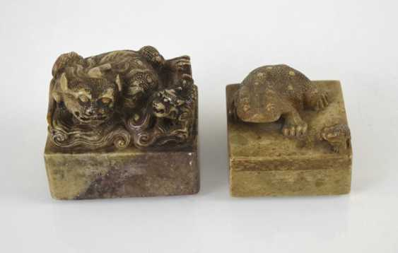 Two soapstone seals with Shishi and toads decor - photo 2