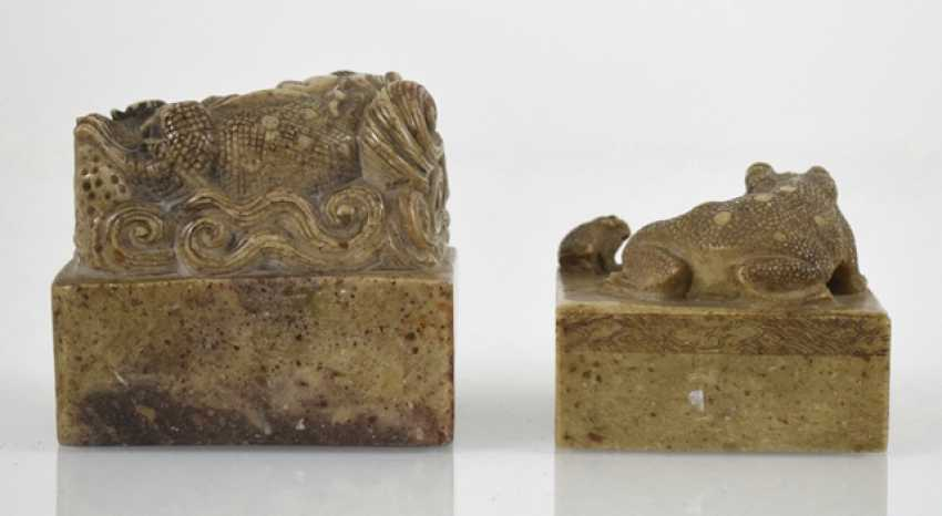 Two soapstone seals with Shishi and toads decor - photo 4