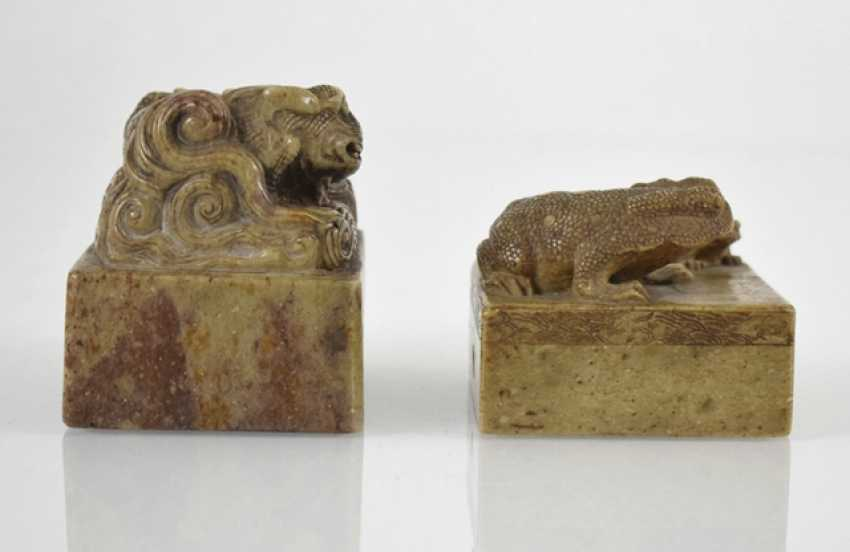 Two soapstone seals with Shishi and toads decor - photo 5